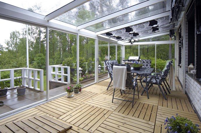 Панорамный эффект позволяет насладиться окружающим ландшафтом в полной мере, благодаря наличию не только прозрачных стен, но и стеклянного потолка