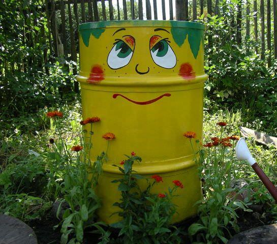 Необычно раскрашенные и очень декоративные ёмкости для полива стали особенно популярны у отечественных садоводов и огородников в последние несколько лет.