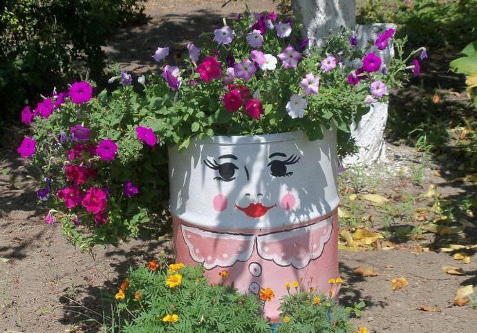 Цветущая клумба из бочки – самый интересный способ оформления цветников на приусадебной территории
