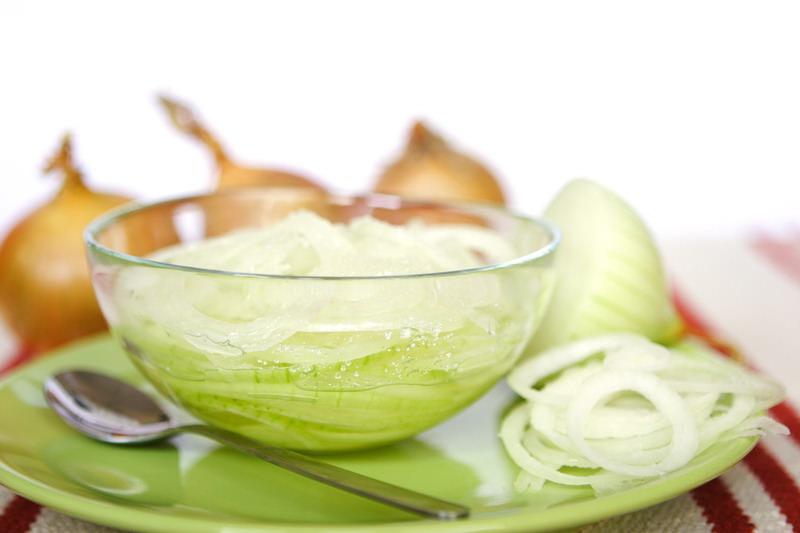 Луковый сок, а также отвар из шелухи применяются в косметологии