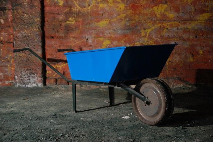 Каркасное основание строительных тачек чаще всего изготавливается из металла в виде стальных труб