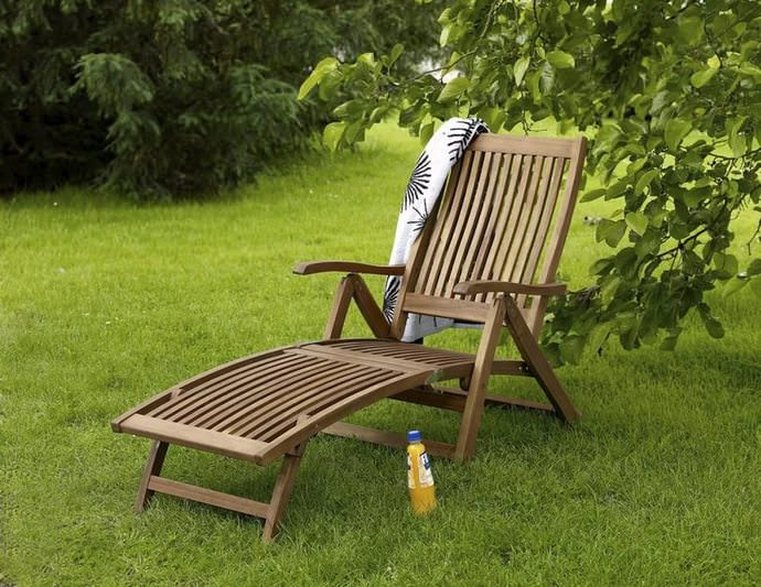 Шезлонг — популярное раскладное лёгкое кресло для отдыха в положении полулежа