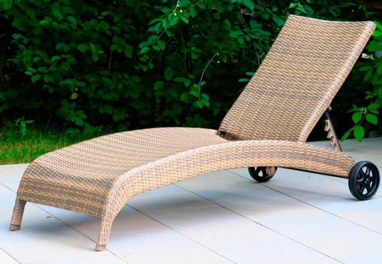 На сегодняшний день шезлонг – изделие очень популярное и востребованное, преимущественно в качестве удобной и красивой садовой мебели