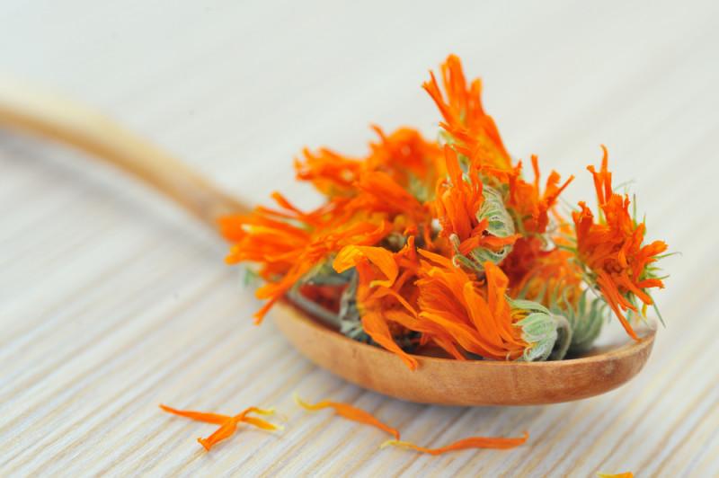 Соцветия чернобривцев участвует для ароматизации уксуса