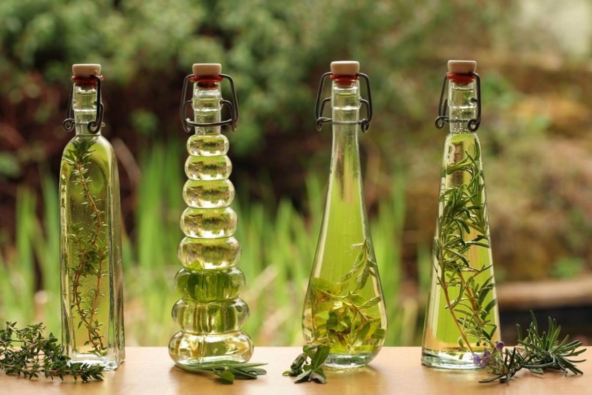 Очень высокой эффективностью при заживлении рубцовых патологий и растяжек обладает целебное масло на основе ореховой травы