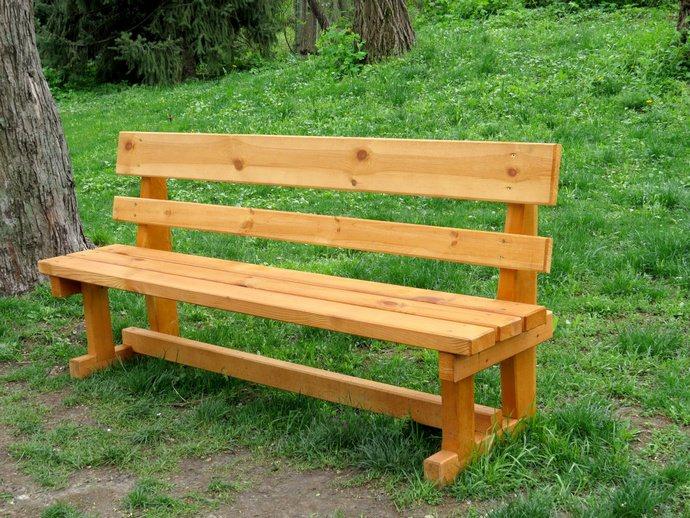 Самостоятельное выполнение простой деревянной лавочки – оптимальный вариант, который отличается быстрым и легким изготовлением