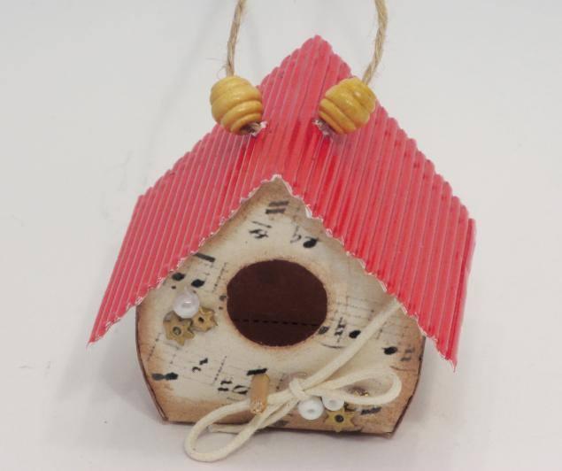 Скворечник из гофрированного картона – вариант не самый долговечный, но выполняется очень быстро