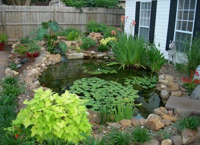 В небольших садах прудик обычно располагают рядом с террасой