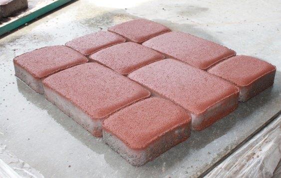 Вибролитая плитка обладает такими преимуществами, как глянцевая лицевая поверхность, высокий уровень восприимчивость к красителям, минимальные расходы на производство