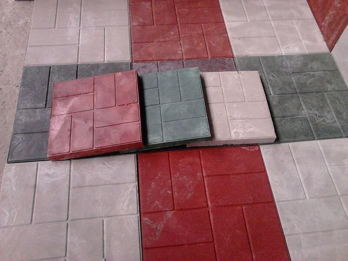 Полимерпесчаная плитка выгодно отличается повышенной износостойкостью и прочностью, поэтому не истирается в течение длительного времени