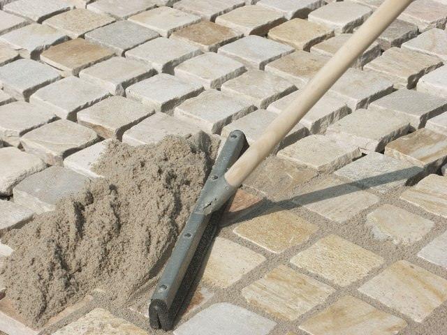 Специалисты рекомендуют швы засыпать сухой цементно-песчаной смесью, которая затем проливается водой