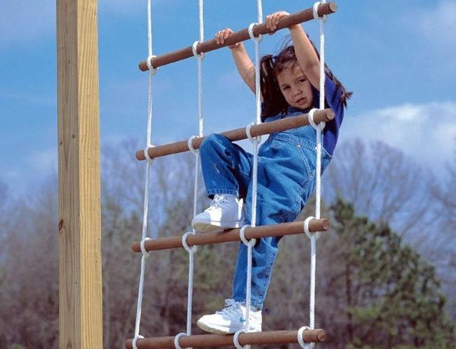 Качественная синтетическая веревка чаще всего применяется для веревочных лестниц, используемых в уличных условиях