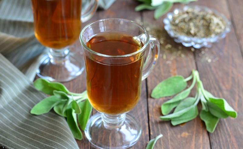 Водный отвар из шалфея используется для лечения органов пищеварения и при борьбе с простудными заболеваниями