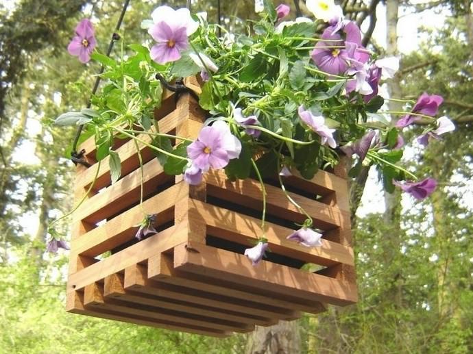 Оформление дерева с применением кашпо – оригинальная идея декора дачного участка