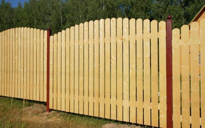 Самые простые и доступные варианты деревянного заборчика выполняются на основе обычных досок