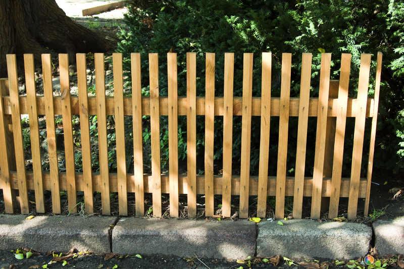 Одной из самых декоративных конструкций по праву является легкая решетка