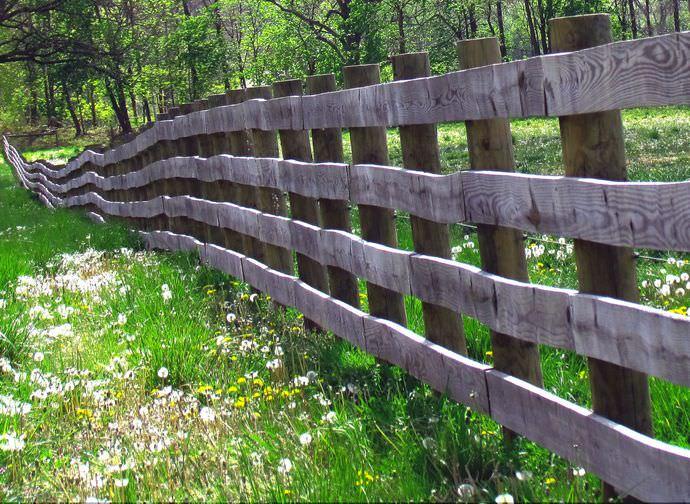 Забор Ранчо представлен определенными пролетами, выполненными из досок или брусков, которые располагаются горизонтально