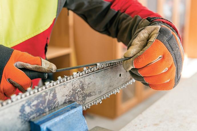 Напильник или точилка позволяют осуществить заточку быстро и сделать цепь достаточно острой для выполнения работ