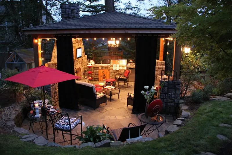 Уголок на даче для романтического отдыха чаще всего представляет собой своеобразную открытую комнату на свежем воздухе