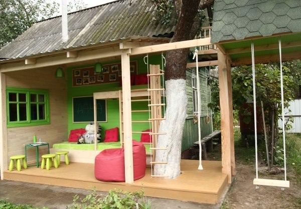 Крытая площадка – оптимальный вариант, который может использоваться как в солнечные дни, так и в непогоду