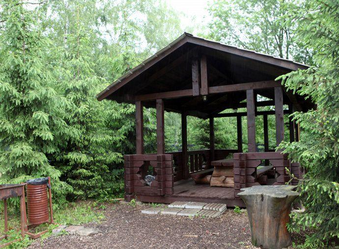 Лучшим местом для размещения шашлычной зоны является отдельно возведенная небольшая беседка или деревянная конструкция