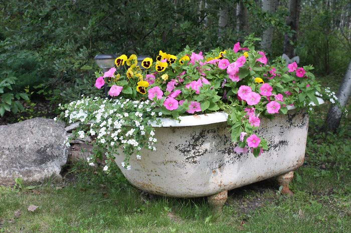 Если у вас есть старая мебель, не стоит ее выбрасывать: она еще может быть использована в качестве цветника