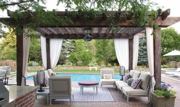 Пергола рядом с бассейном станет самым излюбленным местом на даче