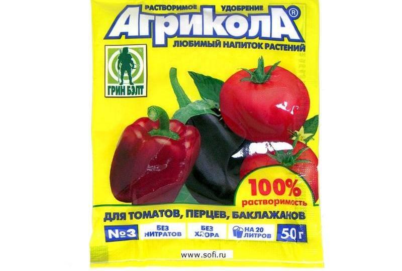 Хорошей эффективностью обладает комплексное удобрение для подкормки томатов под названием Агрикола