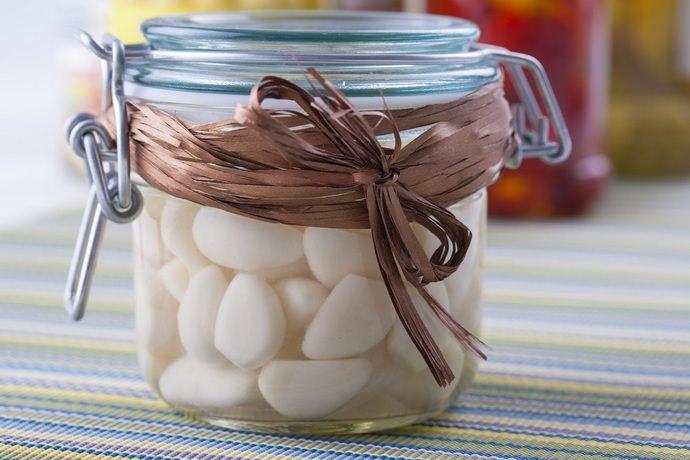 Особой популярностью у домохозяек пользуется рецепт хранения чеснока в масле