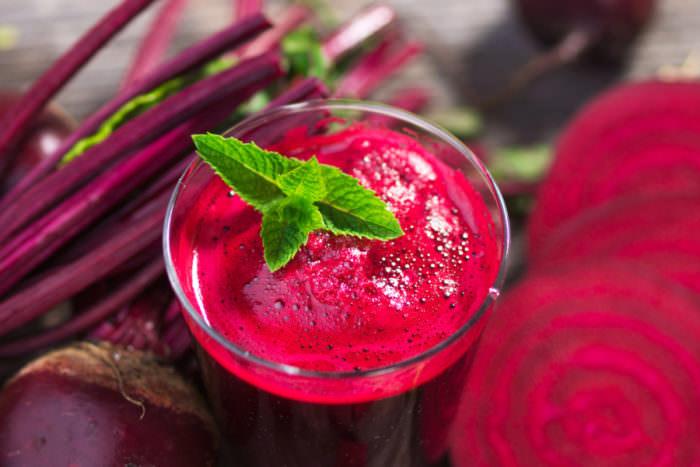 Свекольный сок благоприятно сказывается на составе крови, способствует улучшению образования эритроцитов
