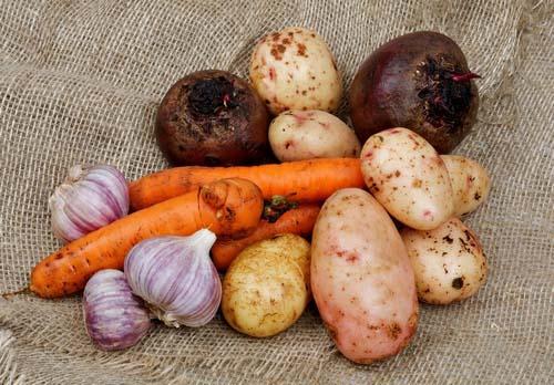 Существуют несколько способов, позволяющих сохранить овощам и фруктам естественную свежесть