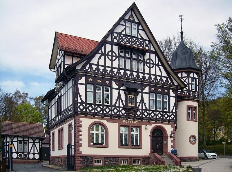 После того как основание и стены дома белились известью, деревянные составляющие дома все больше выделялись на их фоне, создавая неповторимое своеобразие жилища