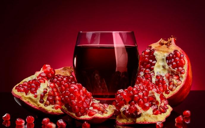 Приготовленный самостоятельно сок из гранатов обладает насыщенным вкусом