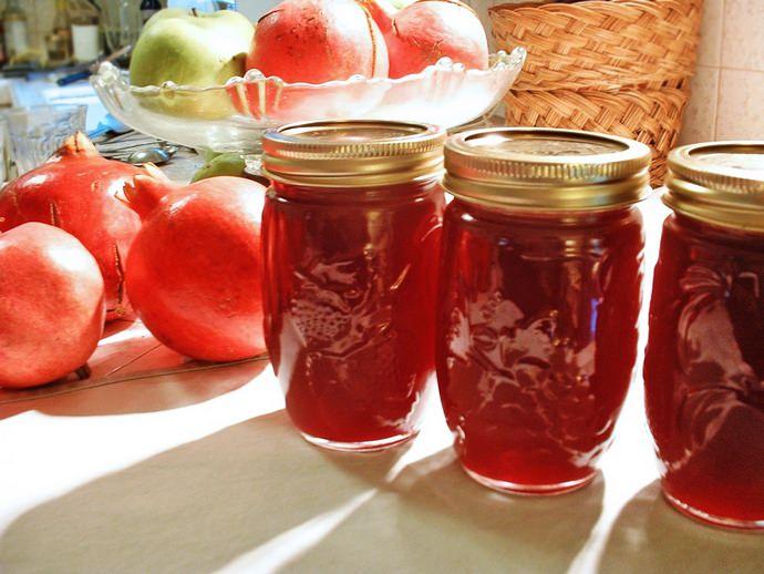 Яблочно-гранатовый компот содержит в себе большое количество витаминов и микроэлементов