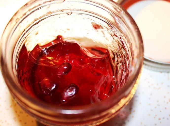 Из гранатового сока можно приготовить и вкусное, слегка терпкое варенье