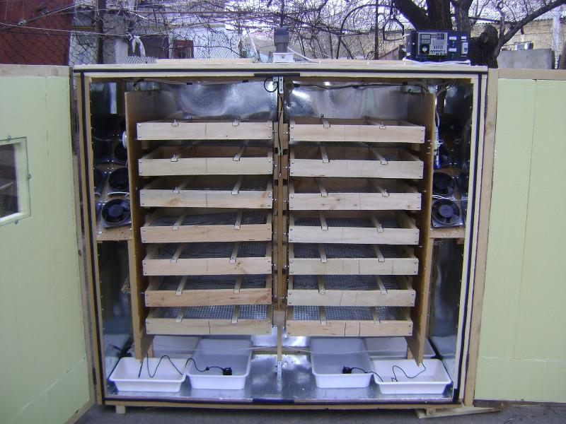 Современный инкубатор, даже сделанный своими руками в домашних условиях, позволяет полностью автоматизировать процесс разведения птиц