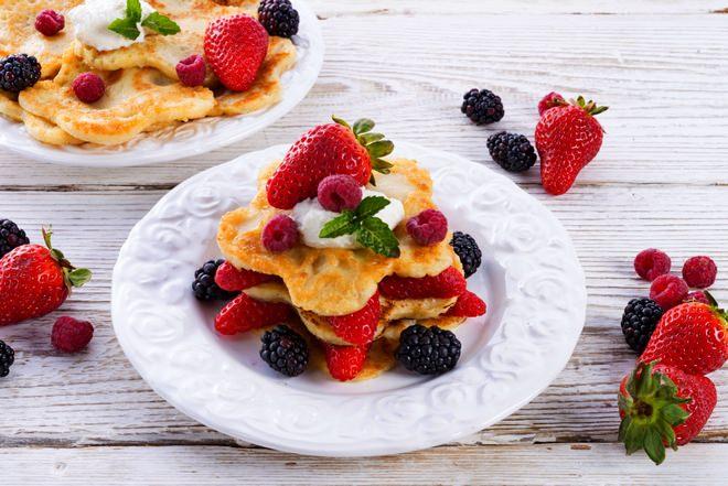 Блины можно украсить миксом из нескольких видов ягод — консервированных или свежих