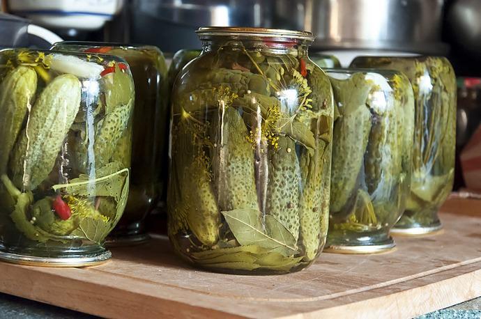 В этом очень необычном и оригинальном рецепте используются овощи, которые придадут корнишонам легкий сладковатый вкус и неповторимый аромат