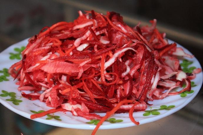 Для реализации подойдет любой рецепт салата, главное, чтобы он был вкусным и мог длительно храниться