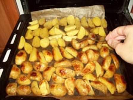 Картофель, запеченный в духовке дольками — это просто, вкусно и сытно