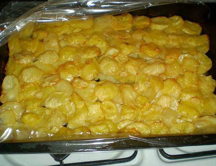Картофель для картофельной запеканки со сливками не измельчается, а нарезается пластинками, что придает готовому блюду своеобразную текстуру
