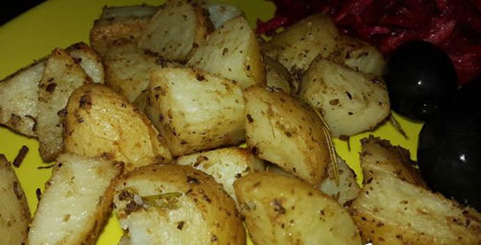 Картофель, запеченный по-португальски, подходит в качестве гарнира к любому мясу и рыбе