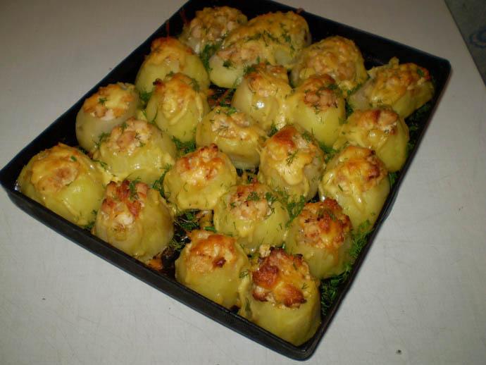 Для запекания картофеля в духовке выберите клубни небольших размеров, чтобы они лучше и равномернее пропеклись