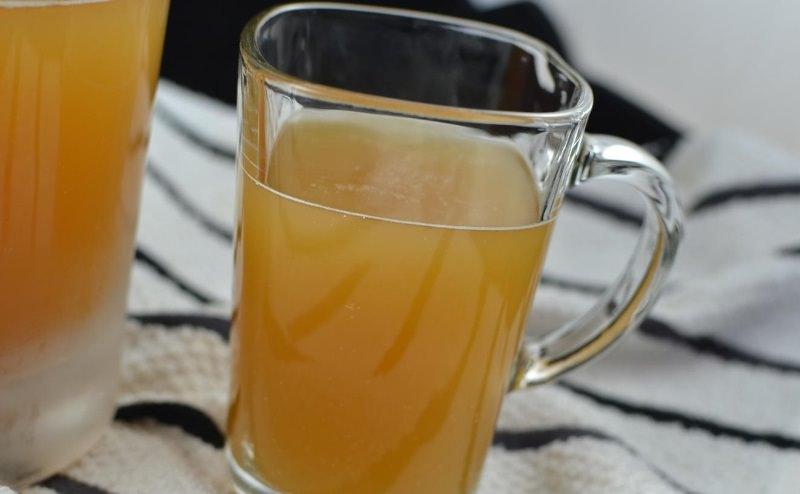 Многие хозяйки задаются вопросом, как приготовить квас из березового сока с изюмом