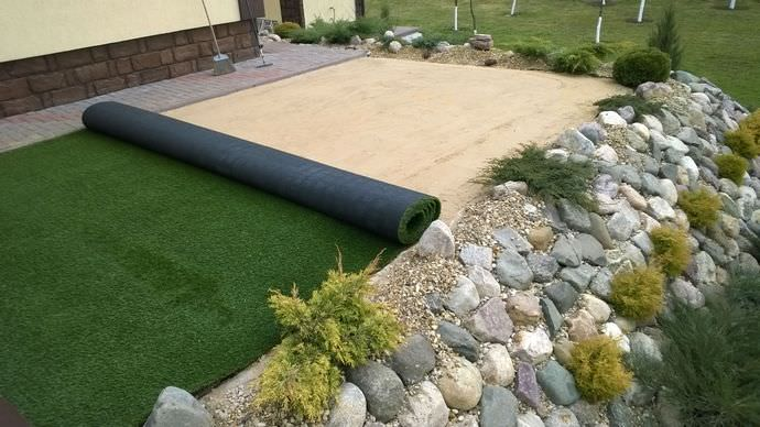 Самостоятельно застилать синтетические газонные травы совершенно несложно