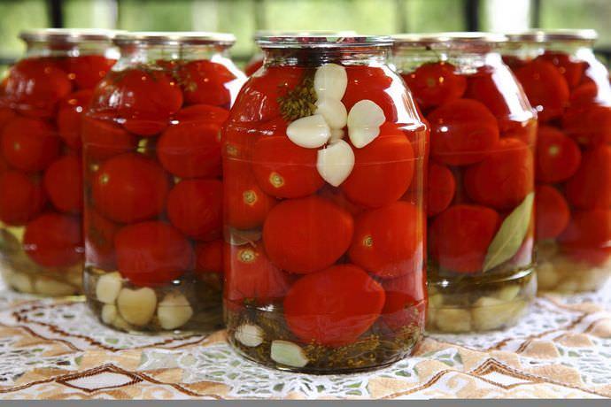 Практически в каждом рецепте маринованных томатов присутствует чеснок