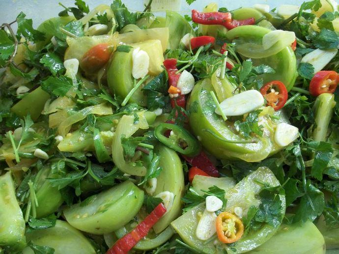 Тем, кто не боится стерилизации, можно приготовить невероятные зеленые томаты кусочками