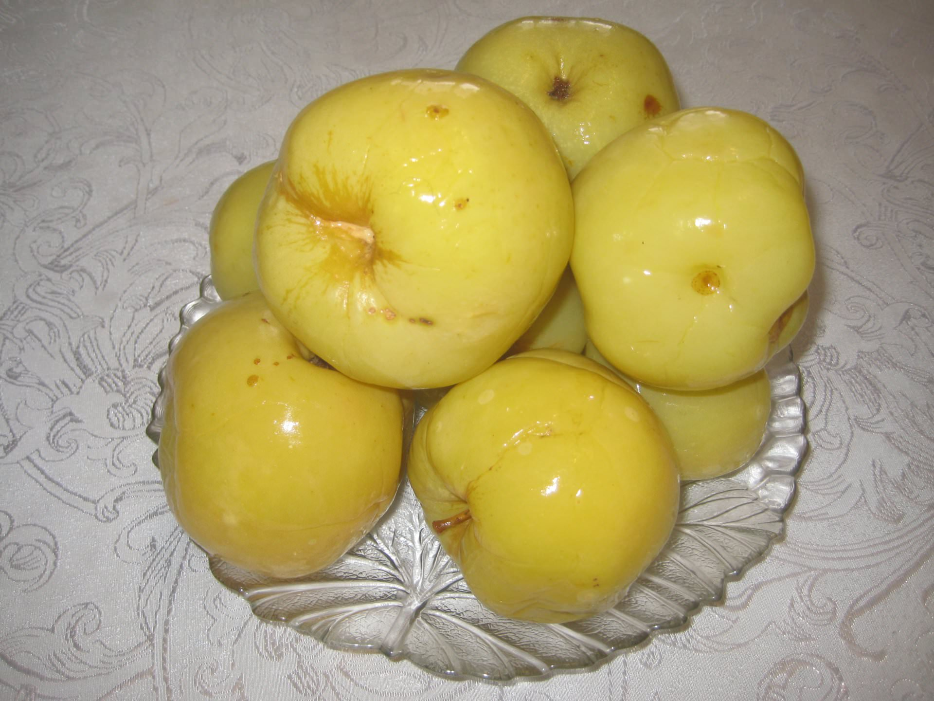 Яблоки, квашенные рассолом, должны настаиваться 3 недели