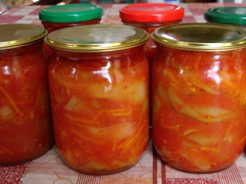 Сладкий перец, острый лук – овощи, которые в сезон консервирования найдутся в холодильнике у любой хозяйки