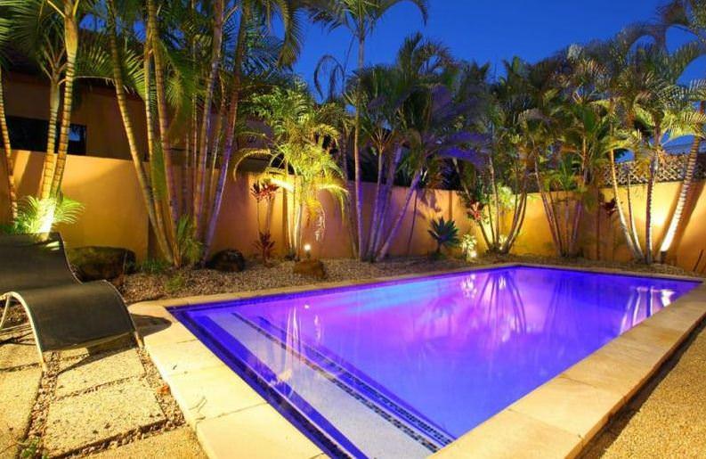 Освещение для бассейнов: галогенный прожектор или светодиодный